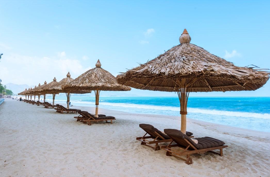 Nha Trang thu hút khách du lịch quanh năm nhờ khí hậu thuận lợi và những thắng cảnh đẹp tuyệt vời